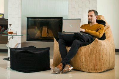 Relax max babzsákfotel laptoptartóval enteriőrben